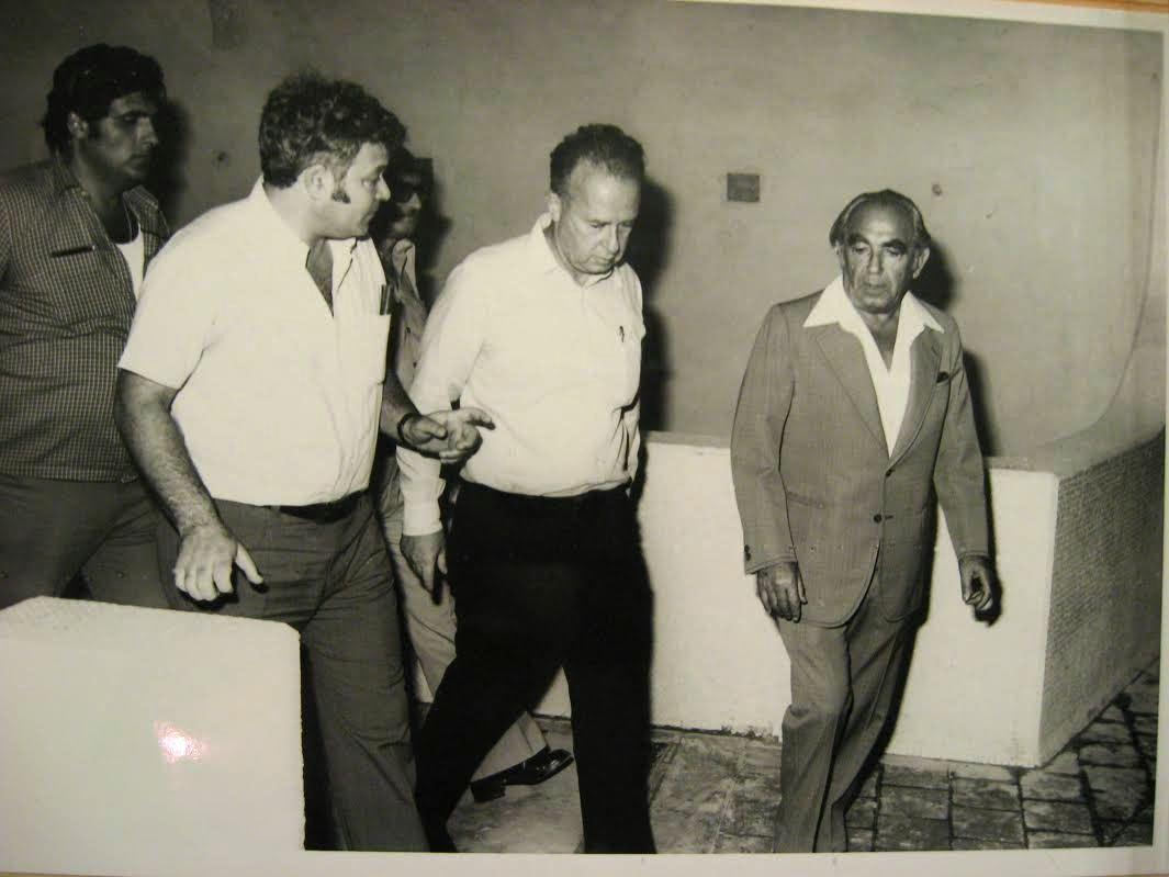 סבו אריה מימין, אביו אברהם משמאל ויצחק רבין במרכז ()