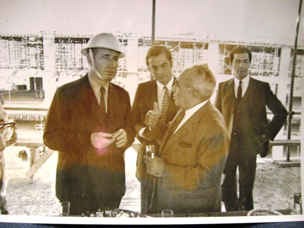 סבו של פילץ עם פלאטו שרון ושמעון פרס ()