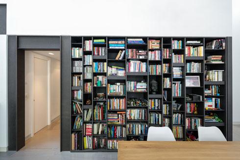 הספרייה הגדולה לצד הכניסה לאגף הילדים. במחשבה על מתבגרים תוכננה גם דלת, כך שניתן לסגור את האגף (צילום: עוזי פורת)