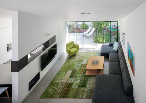 מבט אל הסלון מהמרפסת הקטנה בקומה השנייה (צילום: עוזי פורת)