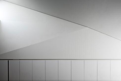 משולשים מעל הארון הגדול, בהשראת זאהה חדיד (צילום: עוזי פורת)