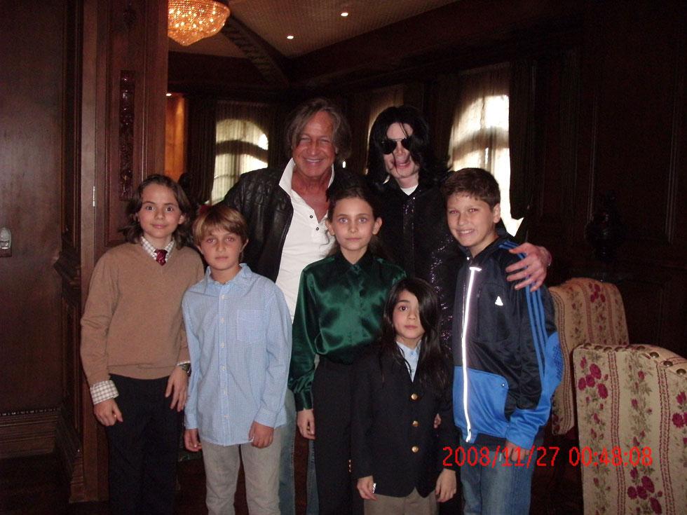 מייקל ג'קסון עם שלושת ילדיו, פריס באמצע, בבילוי עם מוחמד חדיד בשנת 2008 (צילום: Gettyimages)