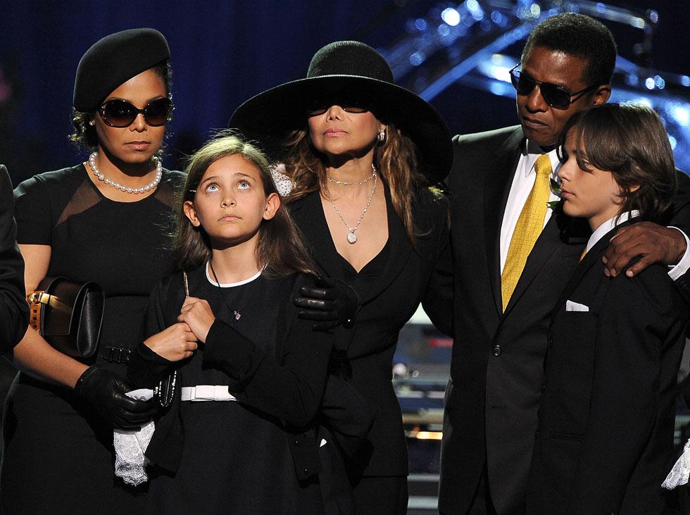 פריס ג'קסון נחשפת לציבור בטקס האשכבה של אביה ב-2009, עם משפחת ג'קסון (צילום: Gettyimages)