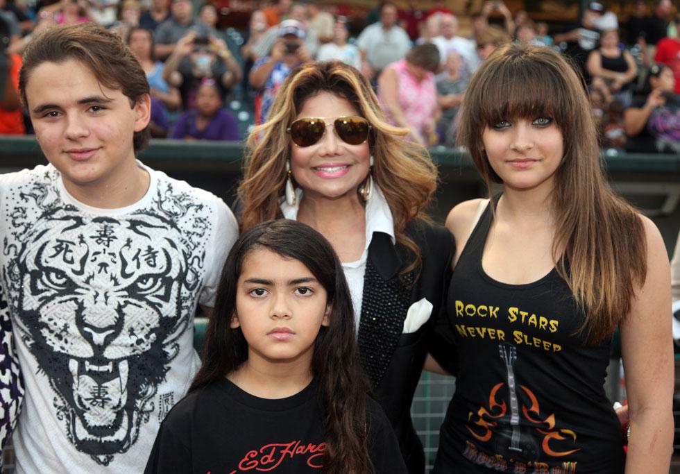 מימין: כך היא נראתה ב-2012. עם הדודה לה טויה ג'קסון ושני אחיה (צילום: Gettyimages)