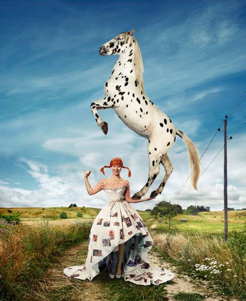 """מחווה לסדרת הספרים """"בילבי"""". מיס שוודיה בשמלה הלאומית בעיצובו של אביעד אריק הרמן (צילום: Lenart Sjoberg)"""
