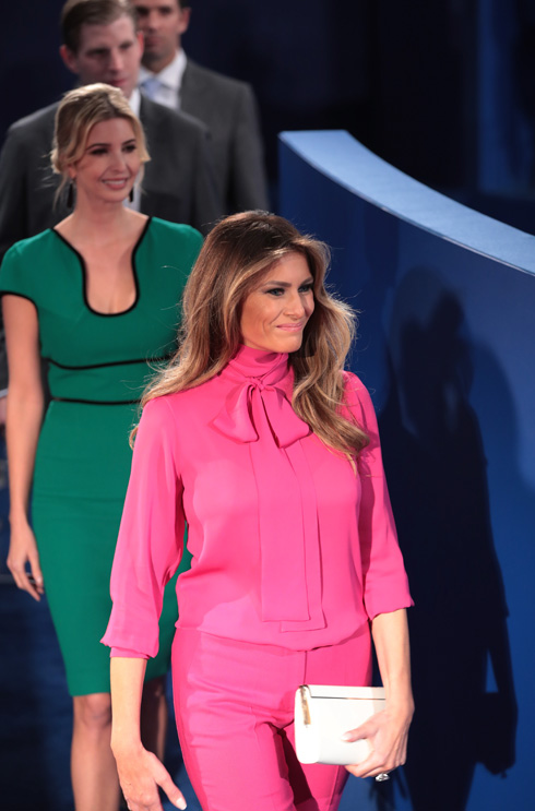 """מלניה טראמפ בחולצת הפוקסיה מדגם """"פוסי"""" של גוצ'י, ימים ספורים לאחר שנחשפו התבטאויותיו הסקסיסטיות של בעלה (צילום: Gettyimages)"""