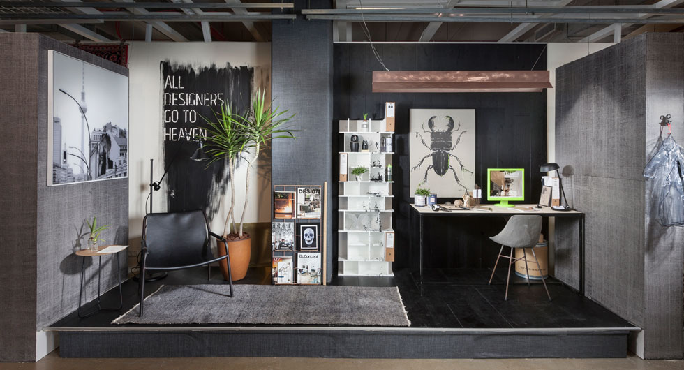 שירי הימן בחרה לחקור את ההשפעה של העולם הדיגיטלי על מה שמכונה ''המשרד הביתי''. באולם התצוגה של carmel floor  היא עיצבה פינת עבודה עשירה בחומרים, שמשתלבת היטב במרחב הביתי  (צילום: אלעד גונן)