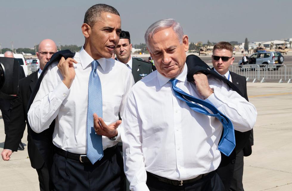 מהלכים כחברים ותיקים, כשמחסום הז'קט הרשמי מושלך באגביות על כתפיהם. בנימין נתניהו וברק אובמה (צילום: rex/asap creative)
