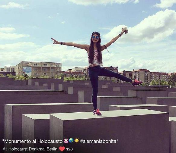 סלפי באנדרטת השואה. לא אשמת הילדים (מתוך אתר http://yolocaust.de/)