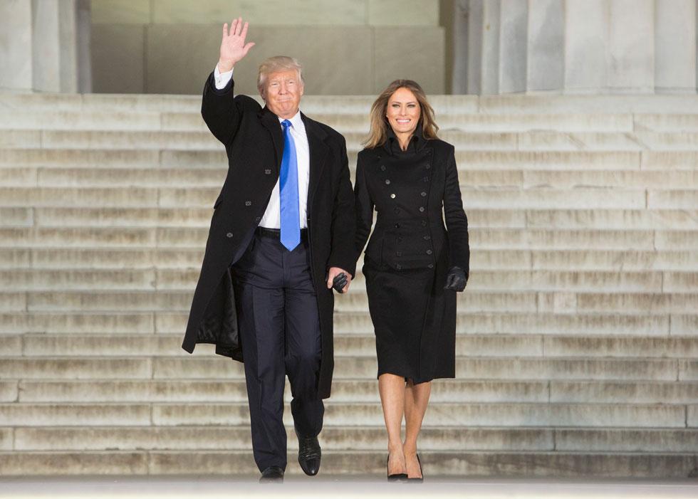 הנחיתה בוושינגטון לרגל אירועי ההשבעה: מלניה טראמפ בשמלת מעיל של המעצבת האמריקאית נוריסול פרארי (צילום: Gettyimages)