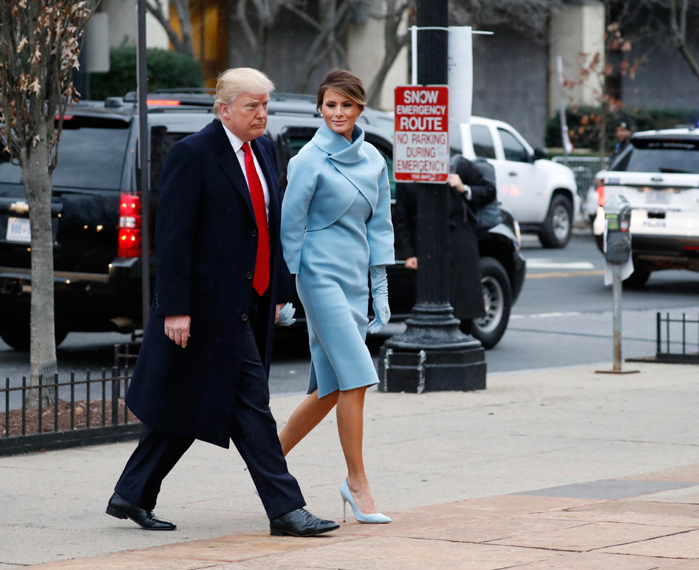 הנשיא הנבחר דונלד טראמפ והגברת הראשונה מלניה טראמפ בדרך להשבעה: ראלף לורן להפשרת היחסים עם תעשיית האופנה האמריקאית (צילום: AP)