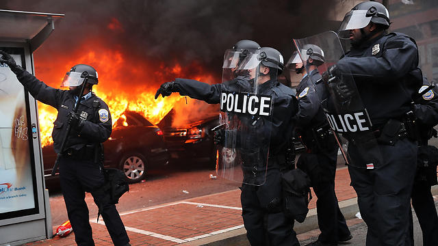 Police confronting DC violence (Photo: AFP)