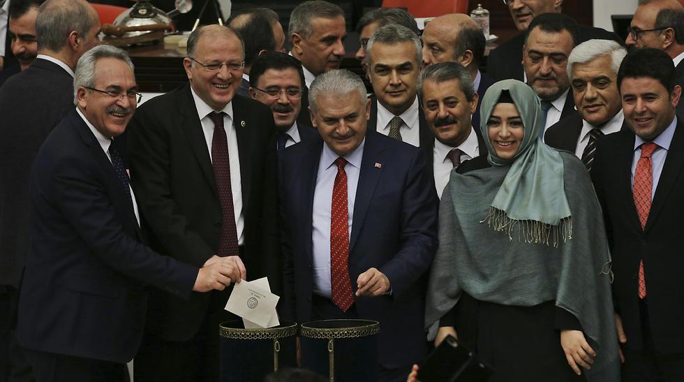 Turkey's Prime Minister, Binali Yıldırım (c) accompanied by some of his lawmakers cast their votes. (Photo: AP)