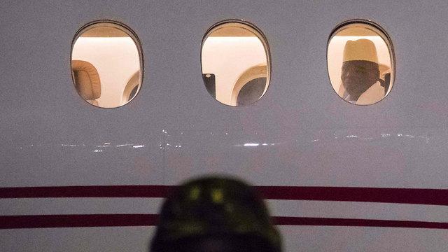 ג'אמה על המטוס עם גירושו מגמביה (צילום: AFP) (צילום: AFP)