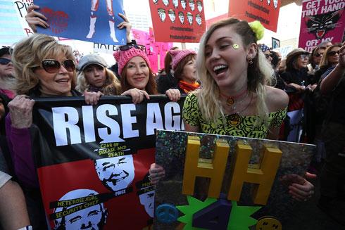 מיילי סיירוס וג'יין פונדה בצעדת נשים בלוס אנג'לס (צילום: Gettyimages)