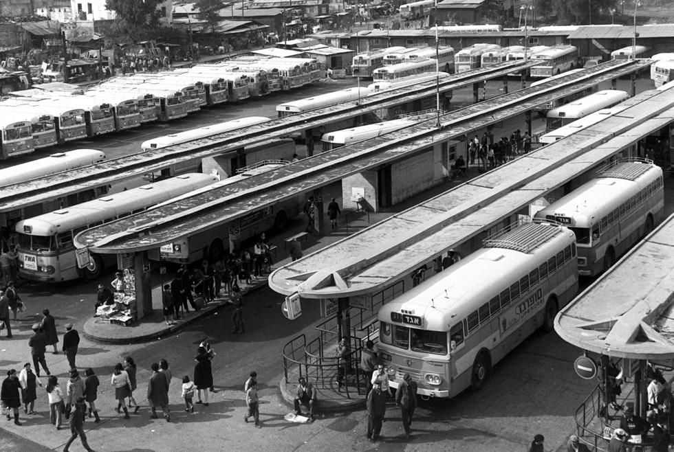 """רגע של נוסטלגיה: רציפי האוטובוסים שהובילו נוסעים לכל רחבי הארץ (לחצו על התצלום בשביל עוד קצת נוסטלגיה) (צילום: משה מילנר, לע""""מ)"""
