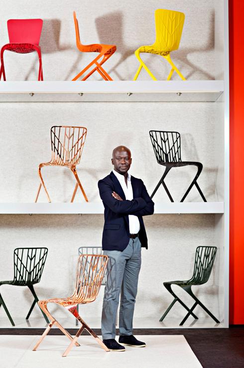 דיוויד אדאג'יה, על רקע רהיטים שעיצב ל-Knoll בשבוע העיצוב מילאנו. כוכב עולה (צילום: Dorothy Hong)