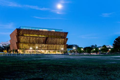 המוזיאון האפריקאי-אמריקאי בוושינגטון. משחקי נפחים וחזיתות ייחודיות (צילום: BrianPIrwin/shutterstock)