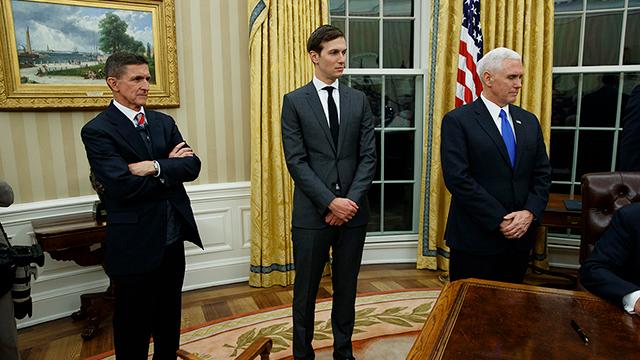 פלין עם סגן הנשיא מייק פנס ויועצו של הנשיא ג'ארד קושנר (צילום: AP)