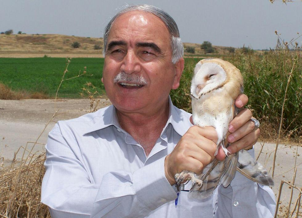 "General Mansur Abu-Rashid, Chirman of the ACPD presenting ""Israeli"" owl in Kibbutz Sdeh Eliahu, bringing luck and peace (photo: Dr. Motti Charter)"