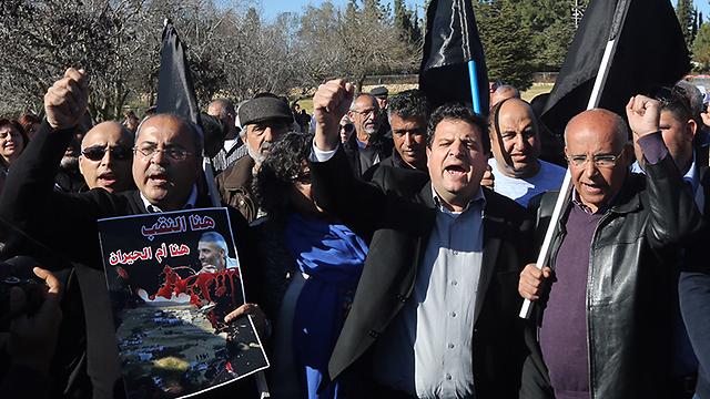 L to R: MKs Ahmed Tibi, Ayman Odeh protesting for the return of Abu al-Qiyan's body (Photo: Gil Yohanan)