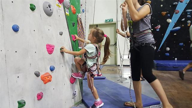 במקום לטפס על הקירות בבית בואו לכאן: קיר הטיפוס בקריית אונו (צילום: מיקי מריינפלד)
