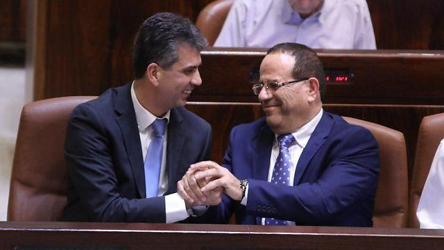 Eli Cohen (L) and Ayoob Kara (Photo: Yitzhak Harari)