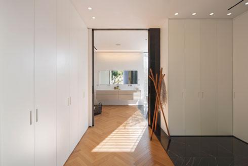 שביל פרקט מוביל מהמיטה לחדרי הארונות והרחצה (צילום: שי אפשטיין)