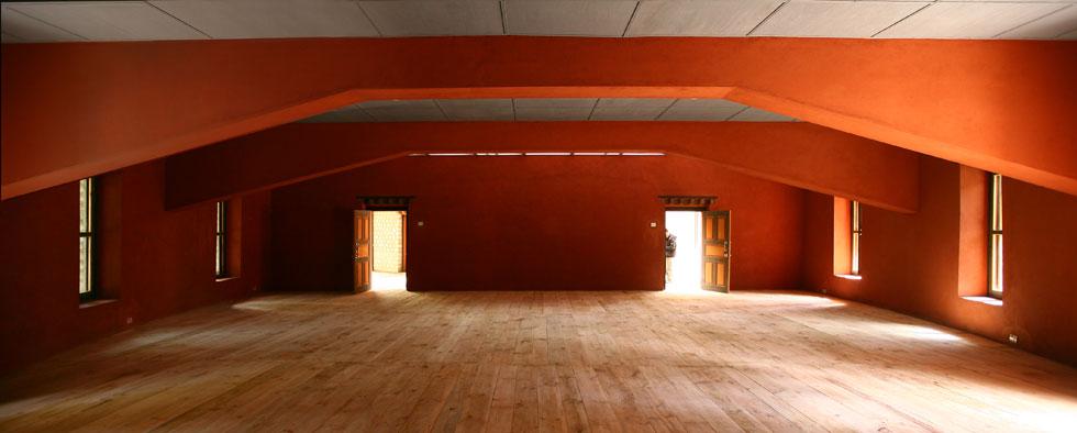 בתוך קומת הכניסה המעוגלת. אולם המדיטציה יכול להכיל 250 איש, וממשלת בהוטן מזמינה מבקרים מרחבי העולם לחלוק כאן מנסיונם ורעיונותיהם על חיים מאושרים, מדיטציה וחופש מחומרנות (צילום: Son Vu)