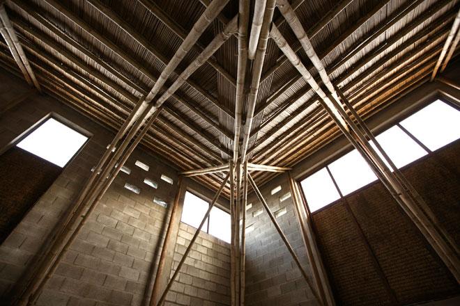 המרכז הקהילתי בהויאן. עמודים תומכים מעץ וגג במבוק (צילום: Son Vu)