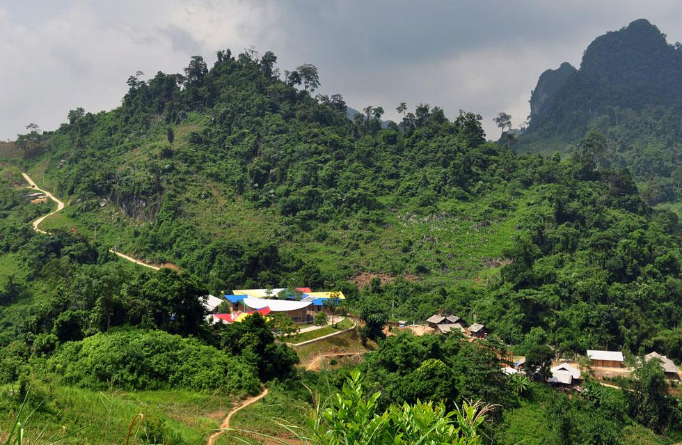 בית ספר יסודי, שנחנך השנה בכפר לונג לואונג, בהרים שבצפון וייטאם. העוני בכפר המרוחק רב, ותנאי הלימודים בו היו קשים מאוד (צילום: Son Vu)
