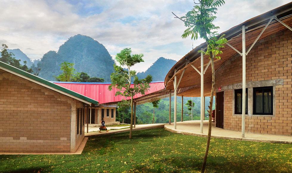 בית הספר שנבנה בשנתיים האחרונות מכונה ''פרח הג'ונגל'', וטוק האו קיווה שהמראות המשתנים מכל זווית בו יעוררו  בתלמידים השראה (צילום: Son Vu)