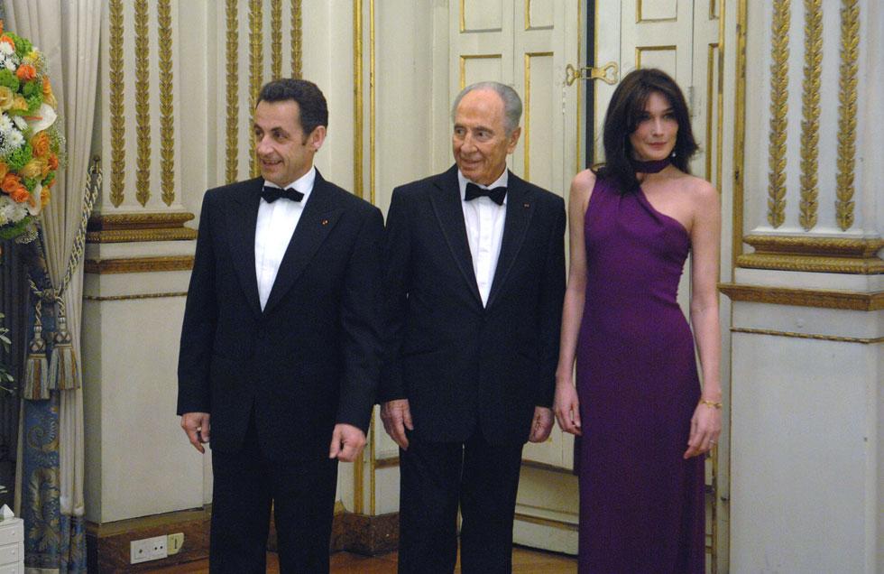 חזרה לדגמן ברגע שעזבה את ארמון האליזה. קרלה ברוני עם שמעון פרס וניקולא סרקוזי, 2008 (צילום: Gettyimages)