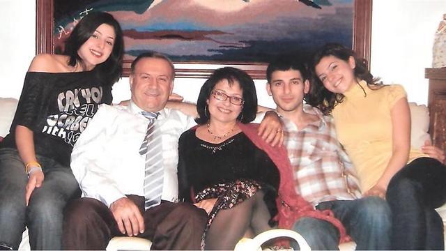 """""""בהתחלה הם פחדו, אבל בסוף הבינו"""". מיכאיל עם בעלה ושלושת ילדיהם ()"""
