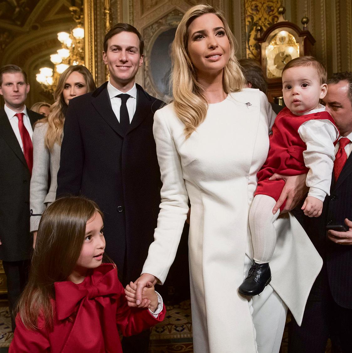 עם הבעל והילדים. אשת קריירה ואשת משפחה, בעזרת שלוש מטפלות