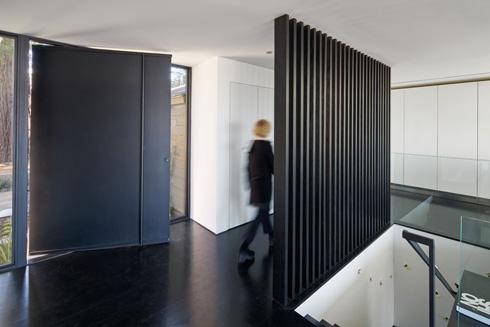 בקומה התחתונה חדר השינה של בני הזוג, ובקומת הכניסה יחידת אירוח (צילום: Bruce Damonte)