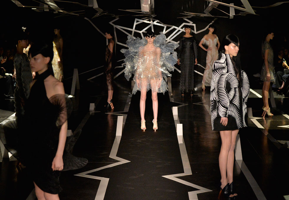 זו לא יריעת פצפצים – זאת שמלה. המעצבת ההולנדית איריס ון הרפן ממשיכה להפתיע, הפעם עם שמלות שנעשו מטקסטיל בהדפסת תלת ממד ומבדי מיילר סינתטיים (המתכווצים ומתרחבים בהתאם לתנועות הגוף), מהם הרכיבה 16 פריטים היוצרים תעתוע ויזואלי  (צילום: Gettyimages)