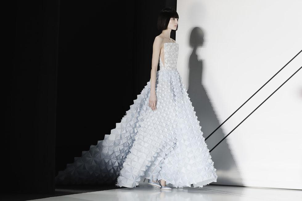 לפעמים, כל מה שצריך כדי לבלוט זו שמלה בגזרת סטרפלס קלאסית העשויה מחומר בלתי נשכח. ראלף & רוסו יצרו שמלה מבד סאטן מפוסל, והתוצאה היא מראה תלת-ממדי מדויק  (צילום: Gettyimages)