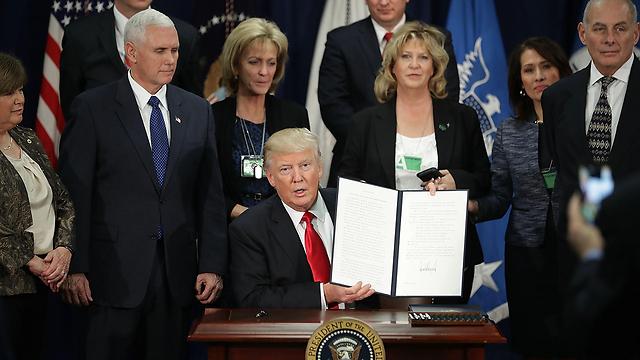 טראמפ הערב במחלקה לביטחון לאומי (צילום: MCT) (צילום: MCT)