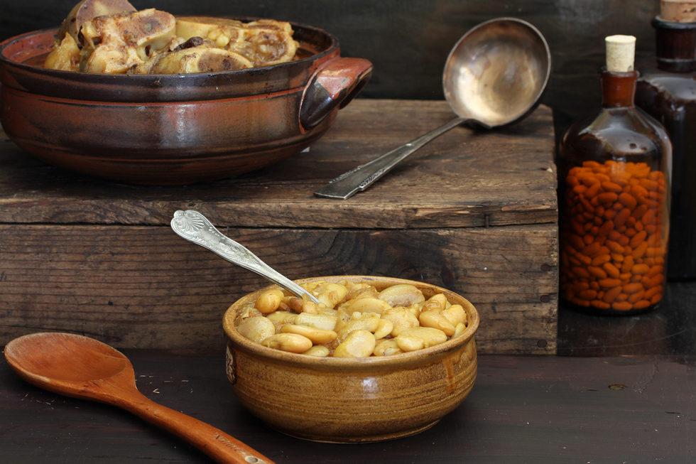 מרק שעועית לבנה עם עצמות בקר (צילום, סגנון והכנה: אסנת לסטר)