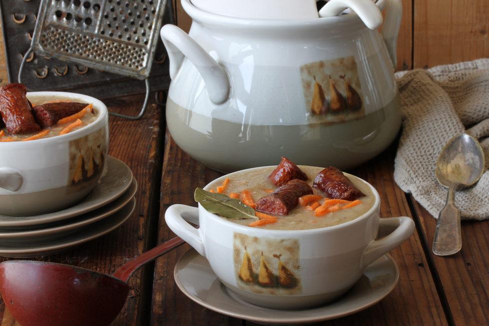 מרק שעועית לבנה עם נקניק קבנוס (צילום, סגנון והכנה: אסנת לסטר)