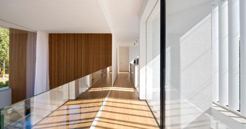 המסדרון שמחבר בין חדרי הילדים בקומה העליונה (צילום: שי אפשטיין)