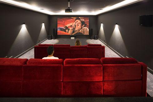 הקולנוע הביתי במרתף (צילום: שי אפשטיין)