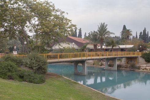 הגשר על האסי. האם הנחל שייך לקיבוץ או לכלל הציבור? (צילום: עמרי טלמור)