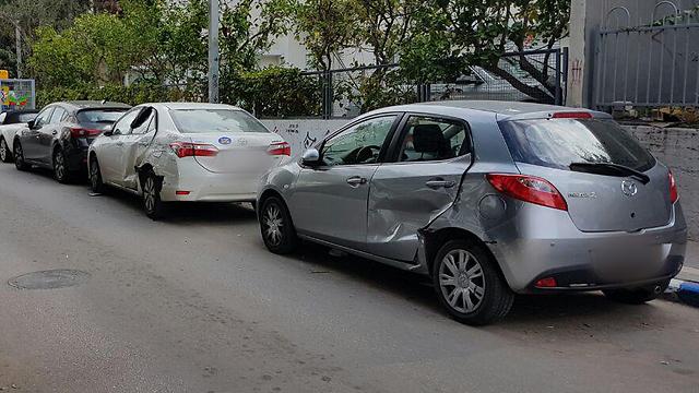 כך נראה הרחוב אחרי שהנהג פגע במכוניות (צילום: ירון ברנר)
