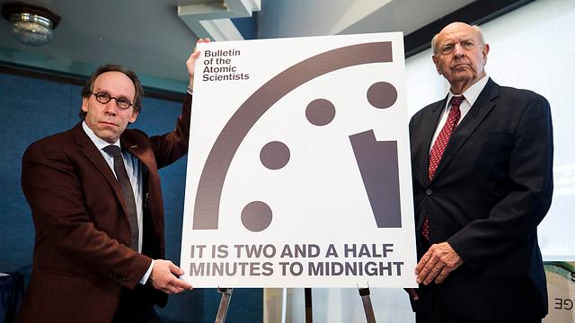 מציגים את השעה החדשה בשעון יום הדין, הערב (צילום: EPA) (צילום: EPA)