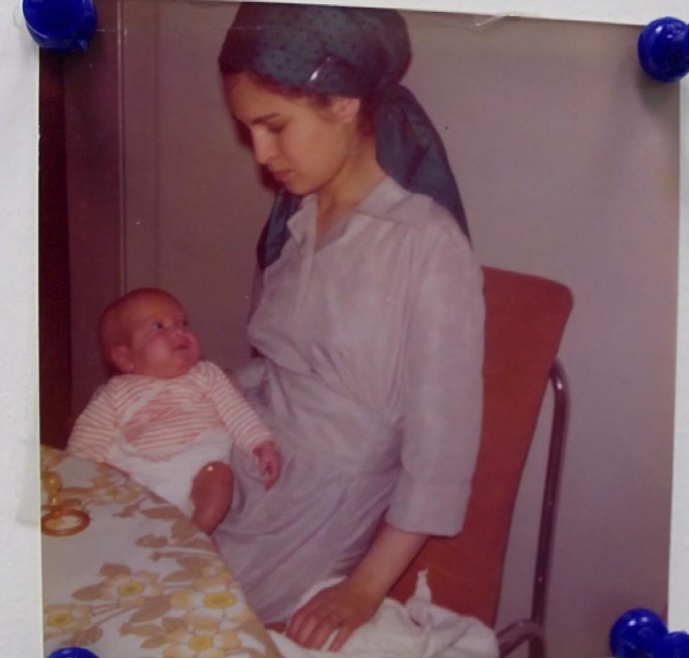 נתנאל הפג בזרועות אמו. נולד במשקל 1,500 גרם ( ) ( )