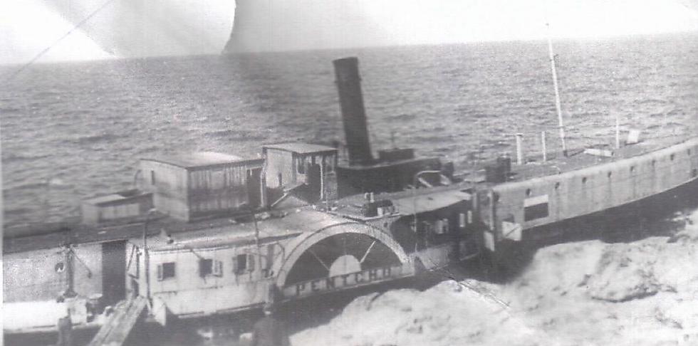 """""""לפנצ'ו לא היה סיכוי לחצות את הים השחור והים התיכון, כי או שהאוניה הייתה מתפרקת וטובעת, או שהייתה נפגעת מהמוקשים או מאוניות הקרב של הגרמנים"""". ה""""פנצ'ו"""" יוצאת לדרכה האחרונה, לפני שטבעה ()"""
