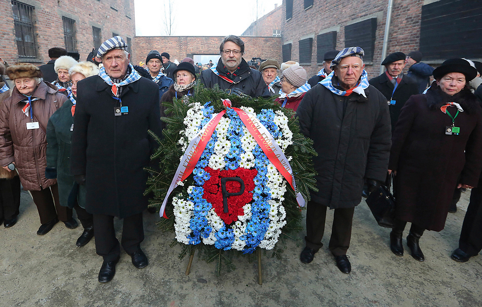 Survivors of the Auschwitz death camp lay a commemorative wreath (Photo: AP)