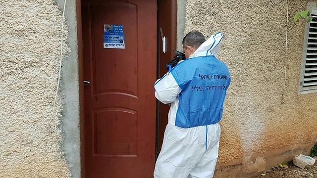 """חוקרי מז""""פ נכנסים לדירה במגדל (צילום: משטרת ישראל) (צילום: משטרת ישראל)"""
